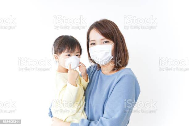 Mother and baby with cold prophylaxis mask picture id866609344?b=1&k=6&m=866609344&s=612x612&h=2x9z4napq1ytv8bixmb  djfstzgbt4hmh8ioef88fw=