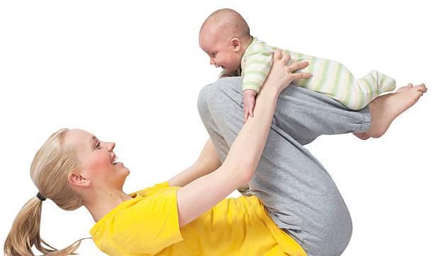 mutter und baby yoga zu yogatraining - kundalini yoga stock-fotos und bilder
