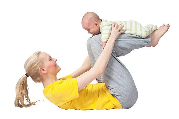 mutter und baby yoga auf oberkörper weißem hintergrund - kundalini yoga stock-fotos und bilder