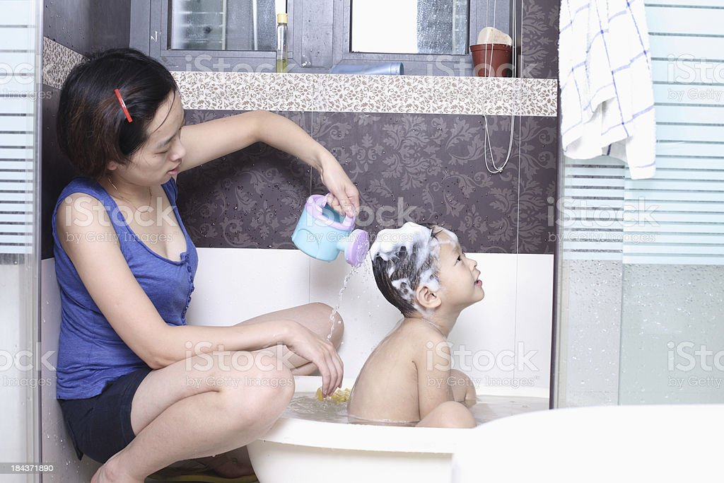 Mutter Und Sohn Im Badezimmer Stockfoto 184371890 | iStock