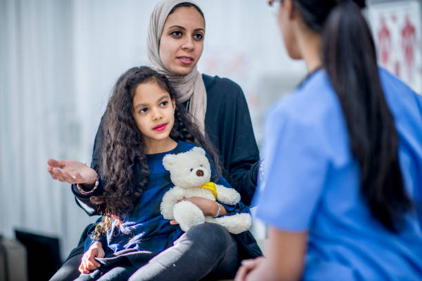 mère et enfant au cabinet du médecin - jeunes arabes photos et images de collection