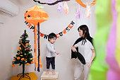 母と子のハロウィーンの飾りを飾る