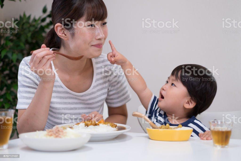 母と子のカレーライスを食べる ストックフォト