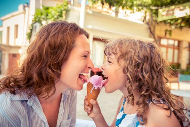Mutter und Kind Eis essen – Foto