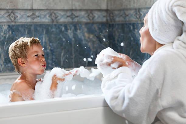 mutter und kind spaß im badezimmer - kinder wc stock-fotos und bilder