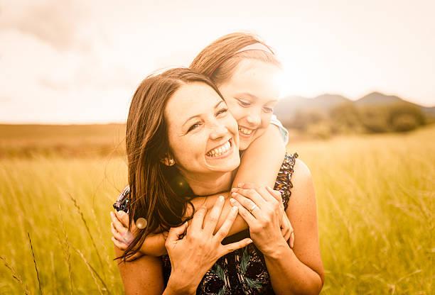 mãe e filho agarrar - mãe criança brincar relva efeito de refração de luz imagens e fotografias de stock