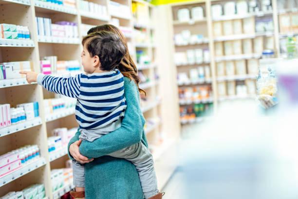 Mutter und Kind in der Apotheke – Foto