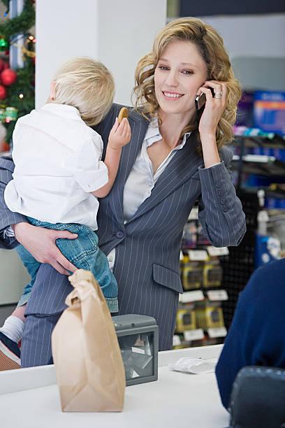 mutter und kind im supermarkt - kleinkind busy bags stock-fotos und bilder