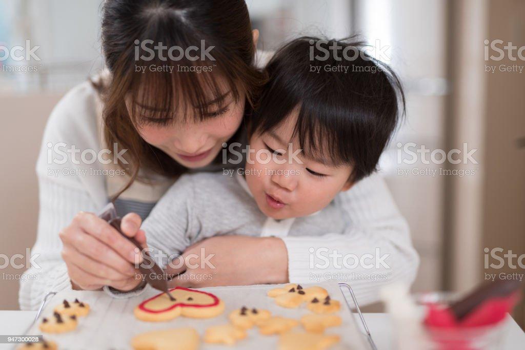 母と子の台所で一緒にクッキーを作る ストックフォト
