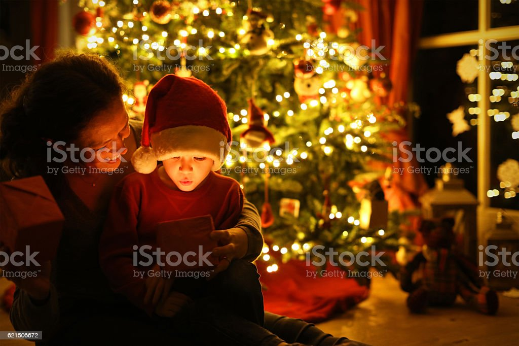 Mother and Child Opening a Christmas Present Together Lizenzfreies stock-foto