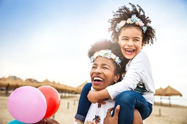 Cтоковое фото Мать и дочь играть вместе празднуем