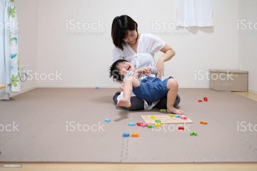 母と子のアルファベットのブロックで遊んで ストックフォト