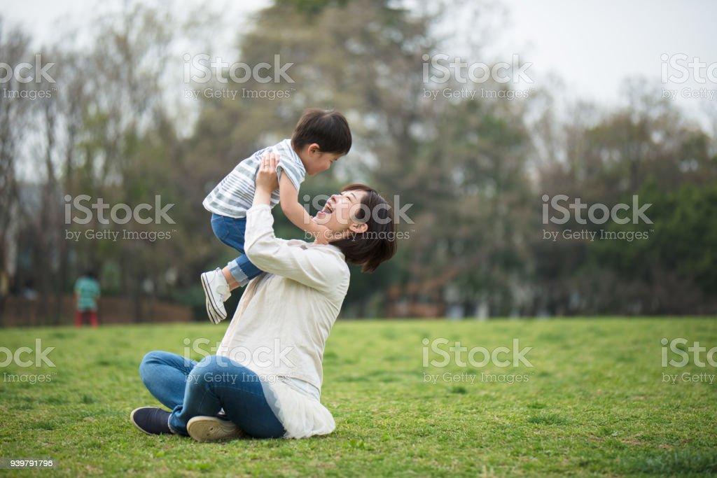 母と子のリラックスと公園で遊んで ストックフォト