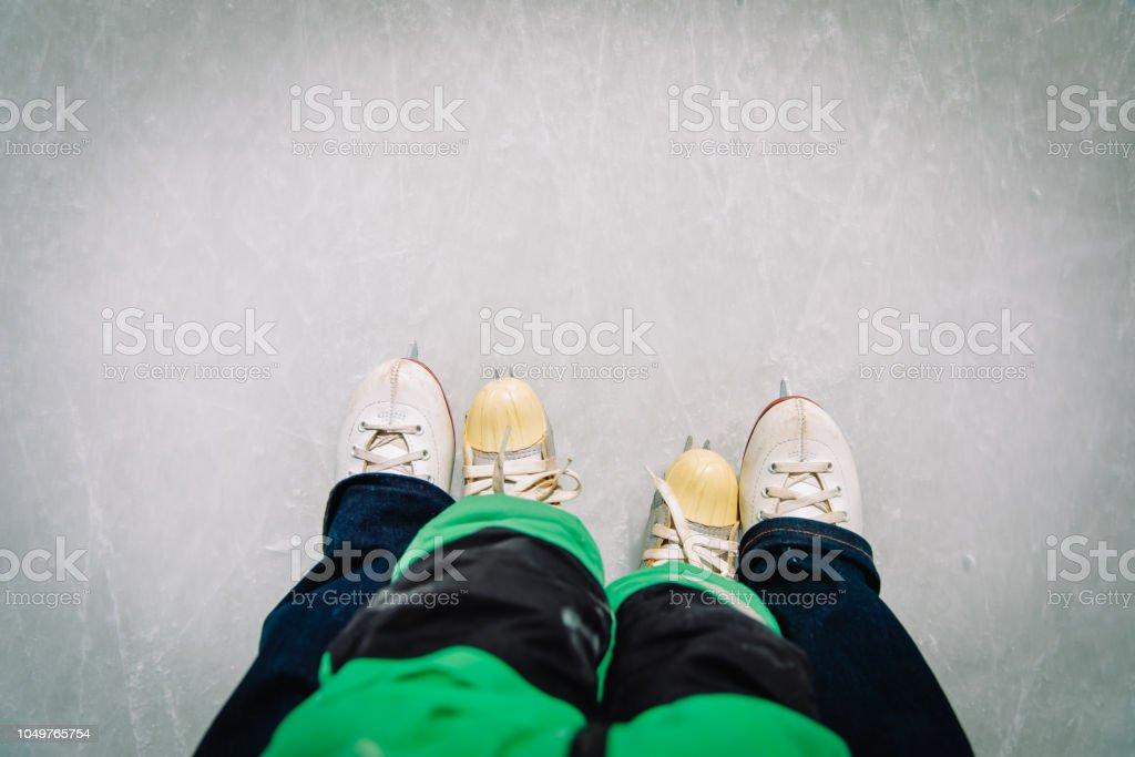 母と子が一緒に冬のスケート ストックフォト