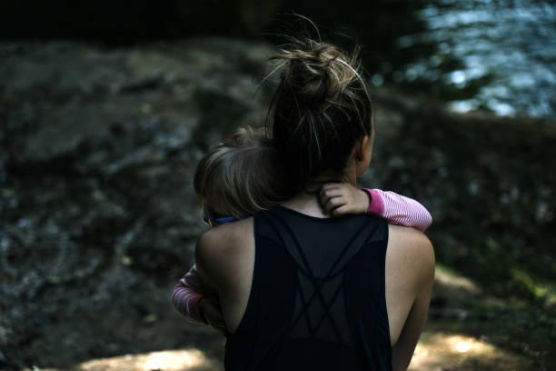Madre e hijo, apoyo, cuidado y amor - foto de stock