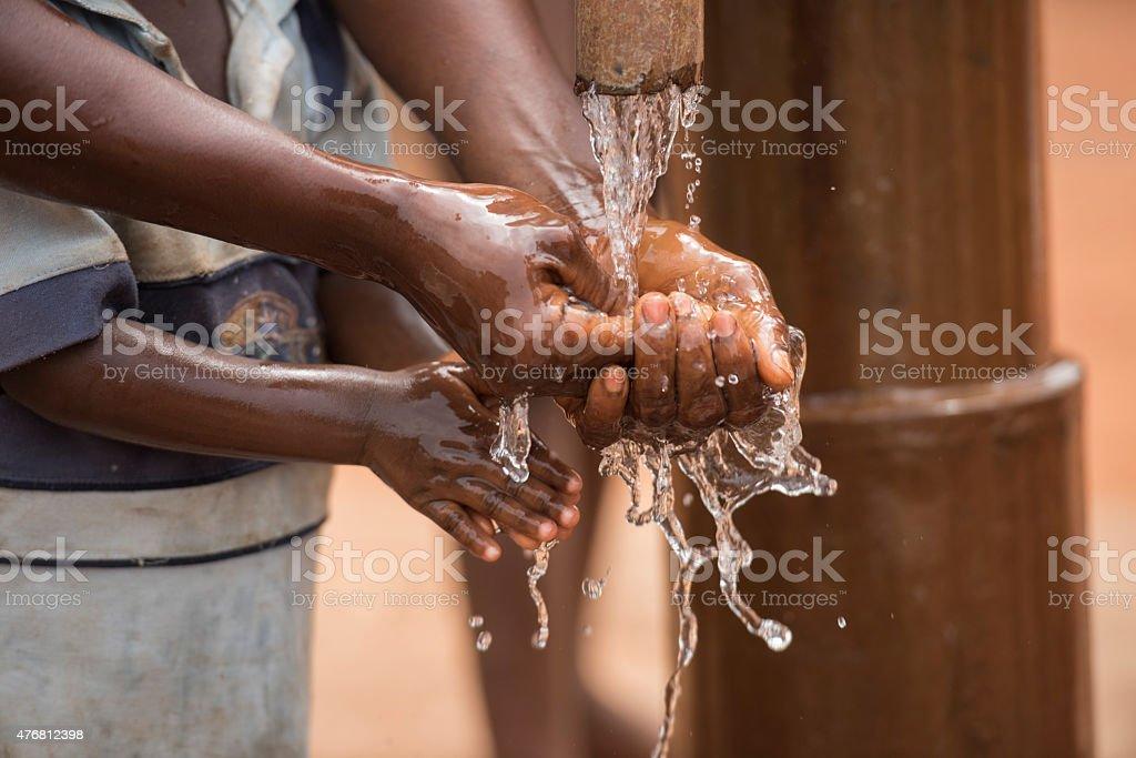 Mutter und Kind Hände waschen mit klarem Wasser – Foto