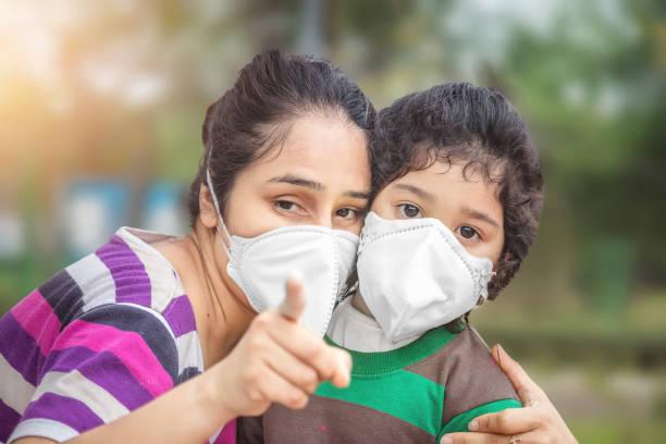 Mutter und Kind tragen Gesichtsmaske während des Coronavirus und des Grippeausbruchs. Viren- und Krankheitsschutz – Foto