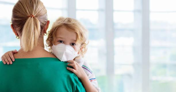 moeder en kind met gezichtsmasker en handontsmettingsmiddel - tears corona stockfoto's en -beelden
