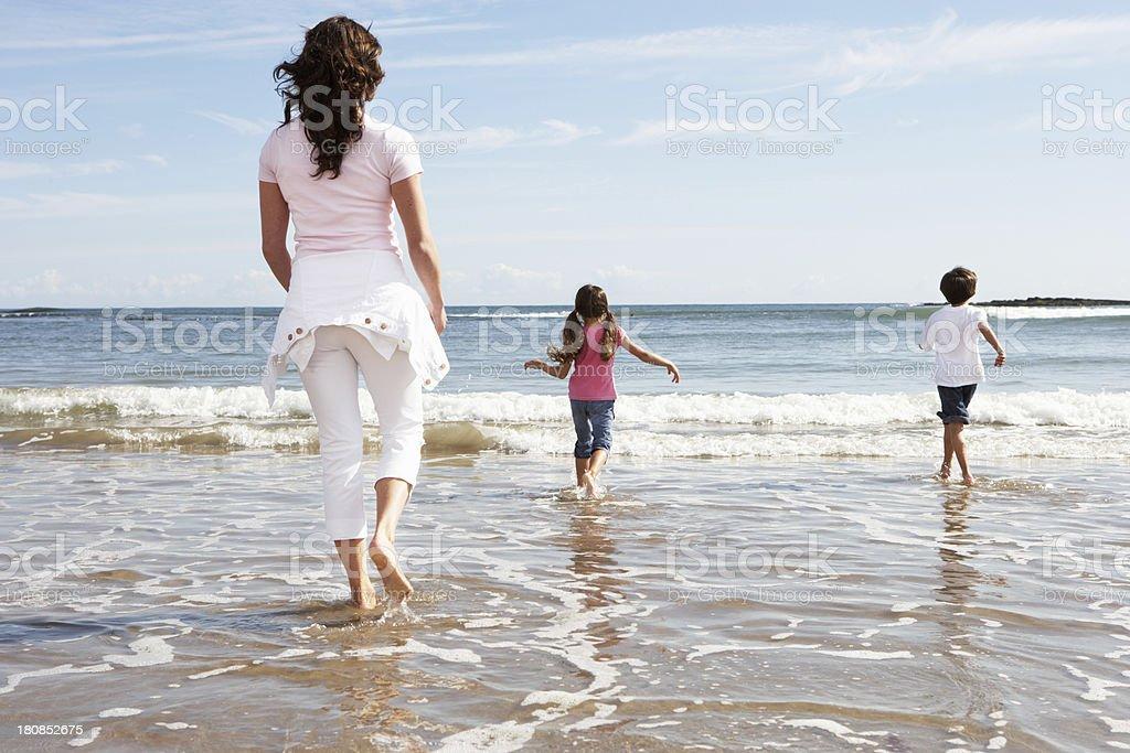 Матери и дети веселятся на пляже Holiday стоковое фото