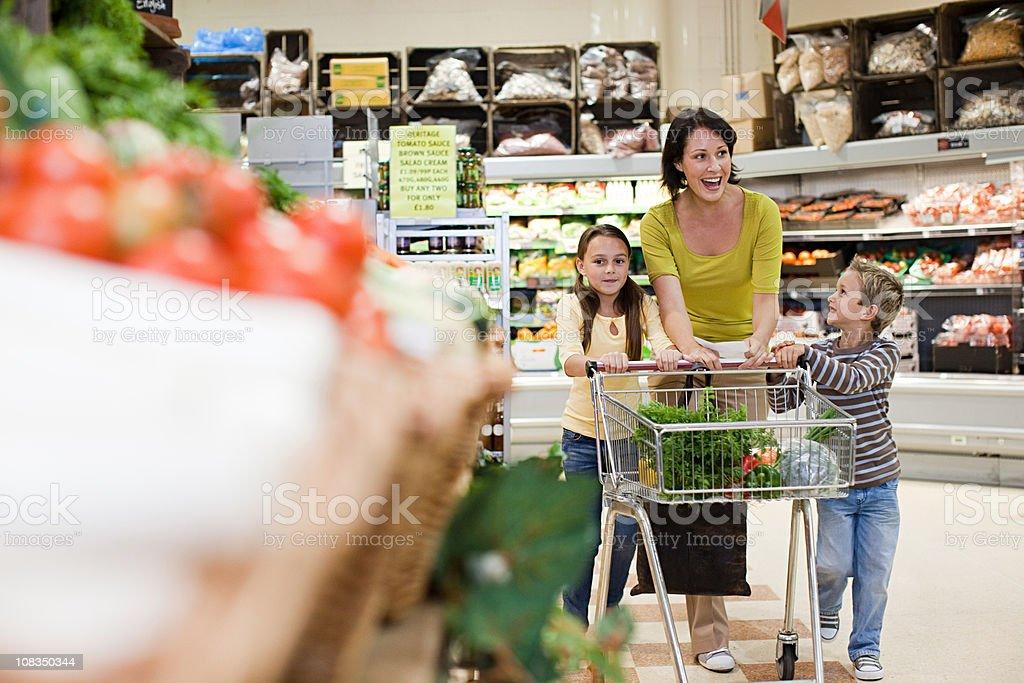 Madre e bambino in Supermercato - foto stock