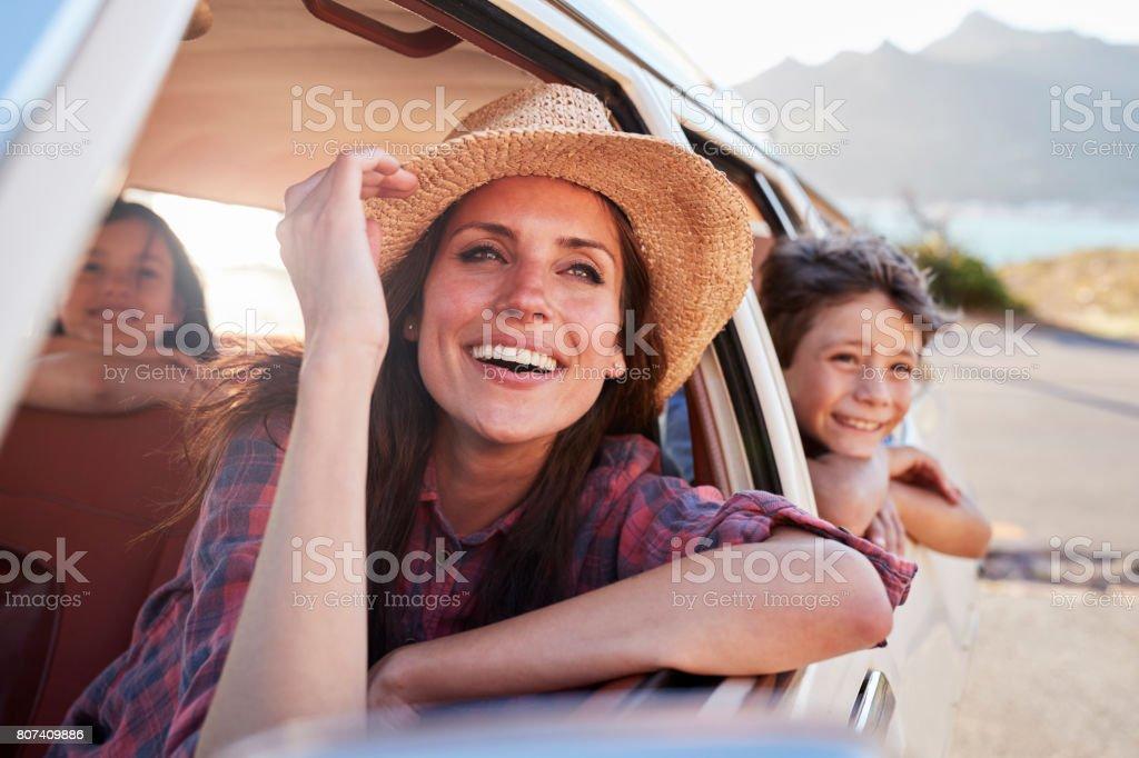 母と子のロードト リップ中に車でリラックス ストックフォト