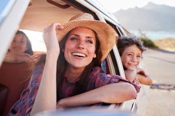 madre y los niños en coche durante el viaje por carretera - viajes familiares fotografías e imágenes de stock