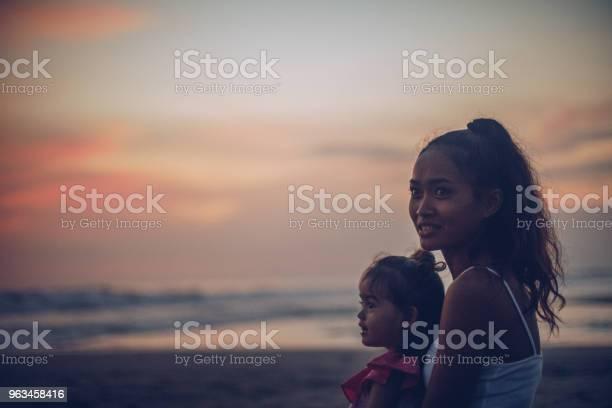 Madre E Hija Linda Disfrutando Del Atardecer En La Playa Foto de stock y más banco de imágenes de Adulto