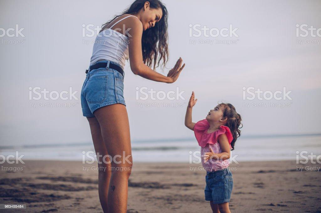Mor och Söt dotter ha kul - Royaltyfri Avkomma Bildbanksbilder