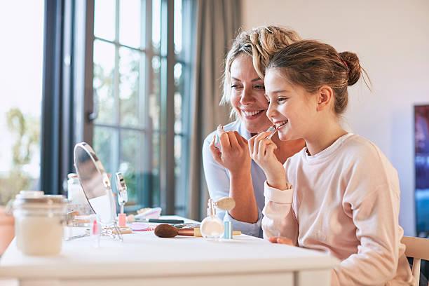 Mother and daughter applying makeup – Foto