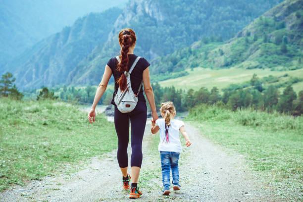 Mutter und Tochter gehören zu den Bergen – Foto
