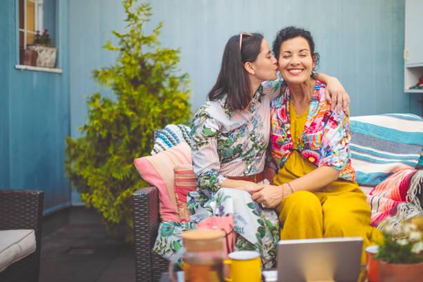 madre e hija están abrazando unos a otros - hija fotografías e imágenes de stock