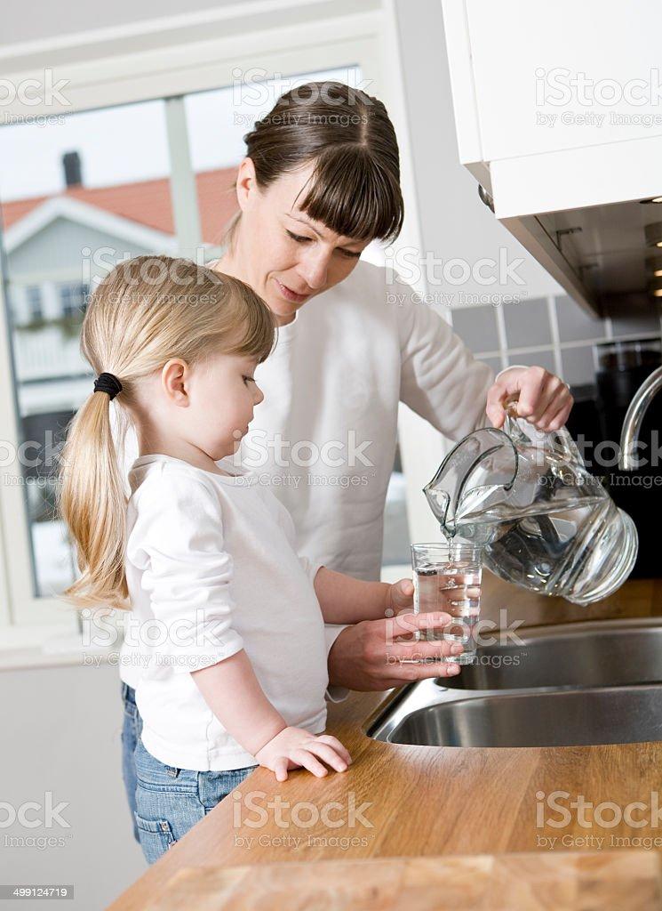 Madre e figlia a casa - foto stock