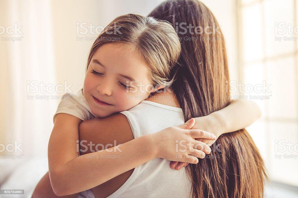 Mother and daughter at home - Royaltyfri Ansiktsuttryck Bildbanksbilder