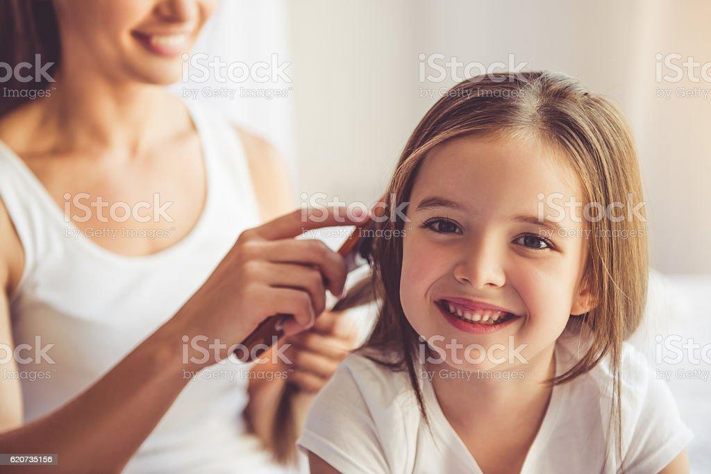 Madre e hija en su casa  - foto de stock