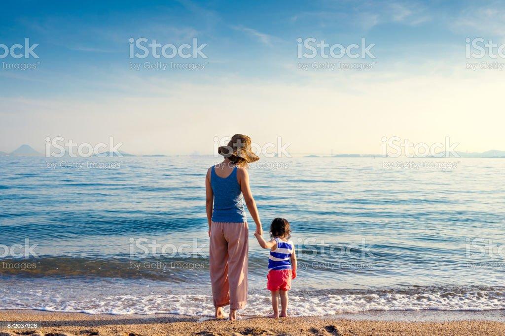 母と娘のビーチ ストックフォト