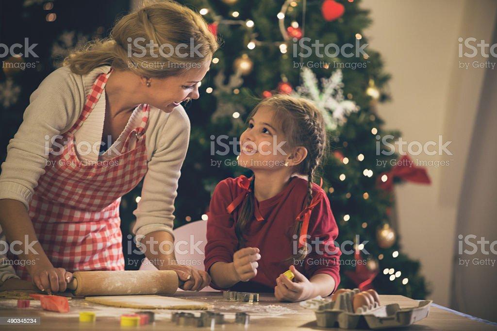 Mutter und Tochter Backen Kekse für Weihnachten – Foto