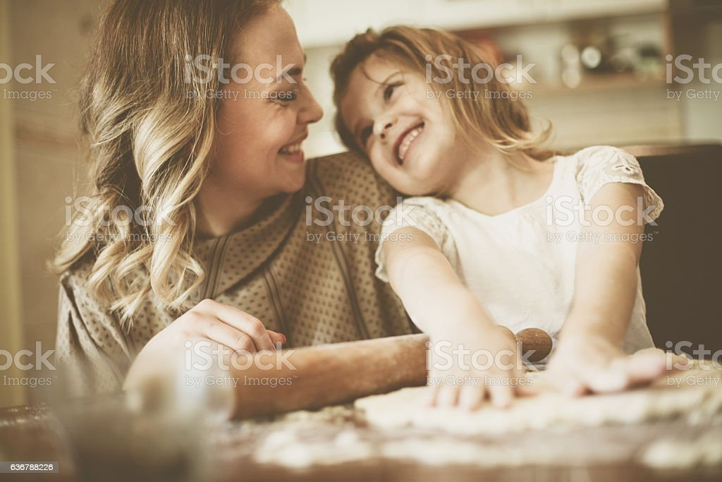 Mother and daughter baking cookies. – Foto
