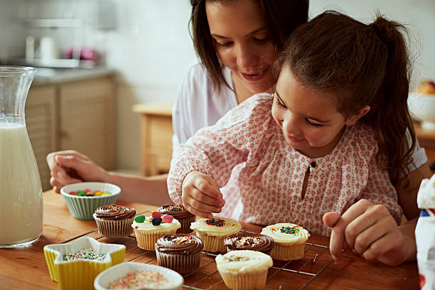 mother and daughter baking - een taart bakken stockfoto's en -beelden