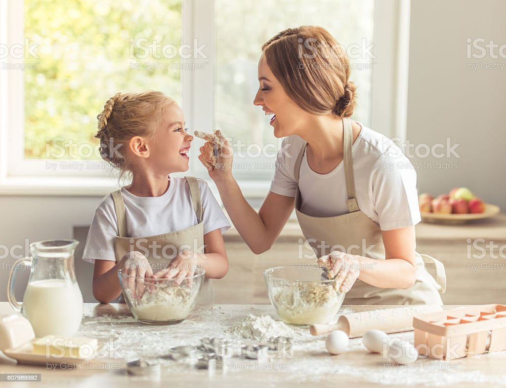 Mother and daughter baking​​​ foto