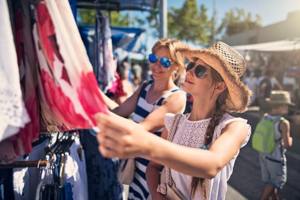母と娘のスペイン、アンダルシアのフリー マーケットで衣服を購入 - 商売場所 市場 ストックフォトと画像
