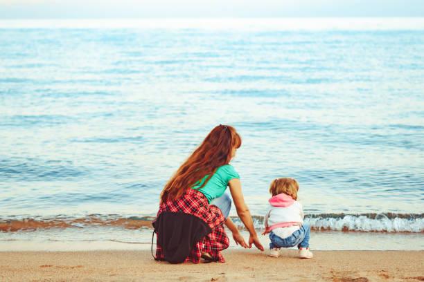 Mutter und Tochter am Meer – Foto