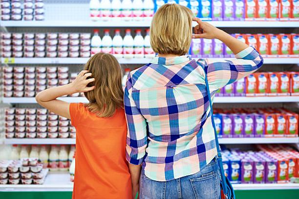 mutter und tochter haben milchprodukte - kinder verpackung stock-fotos und bilder