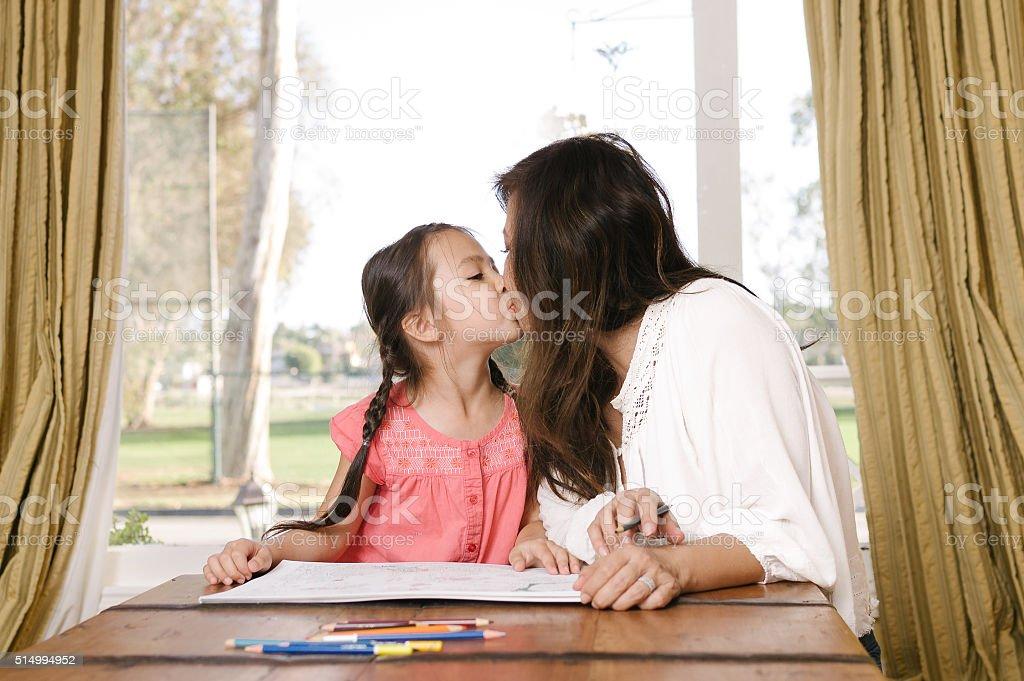 Fotografía De Madre E Hija En Para Colorear Juntos Y Más Banco De