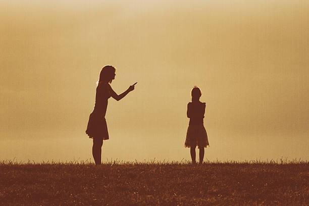 mother and daughter conflict - fails zum thema eltern stock-fotos und bilder