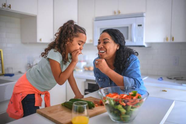 Mutter und Tochter in der Küche – Foto