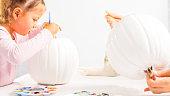 母と娘のユニコーンをテーマにしたカボチャのハロウィーン クラフトを飾るします。