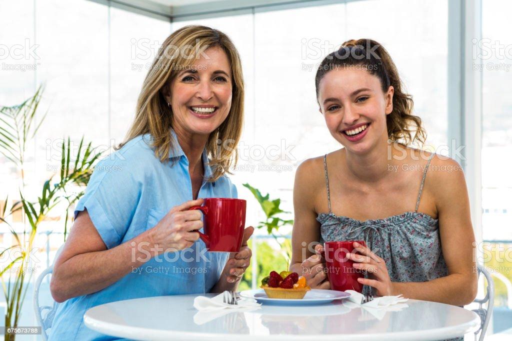 Mère et fille déjeunent photo libre de droits