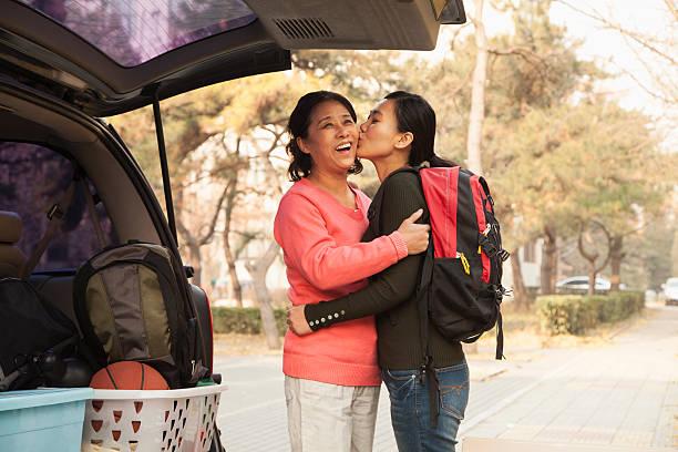 mutter und tochter umarmt im auto auf college-campus - neuanfang nach trennung stock-fotos und bilder