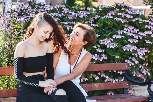 街を抱きしめる母と娘 - showus ストックフォトと画像