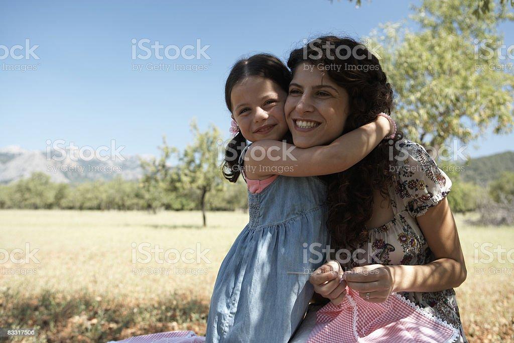 Matka i córka, obejmując na zewnątrz zbiór zdjęć royalty-free